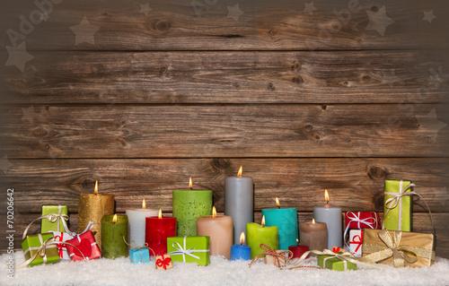 canvas print picture Gutschein zu Weihnachten: Kerzen bunt und Geschenke auf Holz