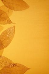 vergoldete Blätter