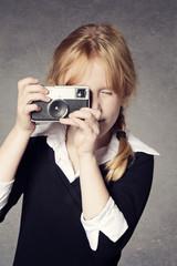fillette rousse avec appareil photo vintage
