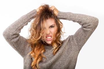 Giovane ragazza arrabbiata si strappa i capelli