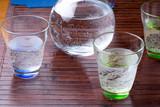 Acqua gasata nella brocca e nei bicchieri sulla tavola