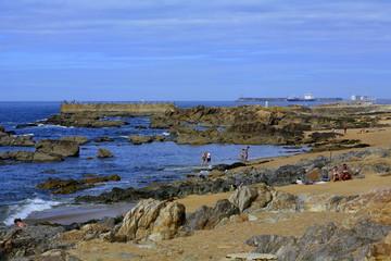 Gente tomando el sol en la playa de Molhe. Oporto. Portugal