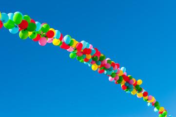 Nastro di palloncini colorati sospesi nel cielo
