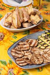 Fette di pane e verdure grigliate su un tavolo