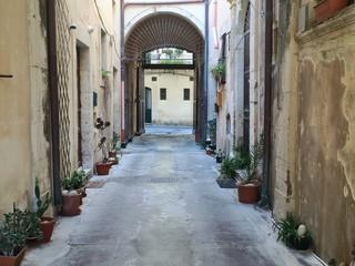 Gasse in Sizilienmit alten Fassaden