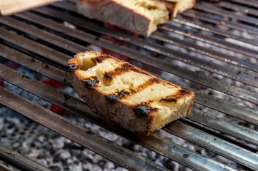 Fette di pane sul barbecue per la bruschetta
