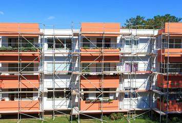 Gerüst an renovierter Fassade