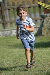bambino in corsa