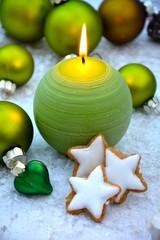 grüne Adventskerze mit Zimtsternen