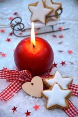 rote Adventskerze und Zimtsterne