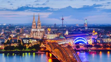Köln in der Abenddämmerung