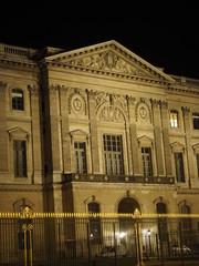 Museo del Louvre por la noche