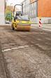 Strassenbau - Eine Strassenwalze wartet auf die neue Teerdecke - 70223820