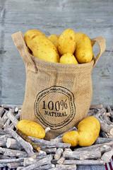 Natuurlijke en biologische appels  in een jute zak