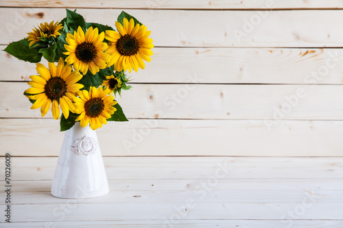 Staande foto Zonnebloem Sunflowers in a vase on a rustic, gray background