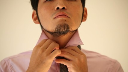 ネクタイを締める男性1
