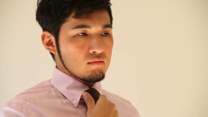 ネクタイを締める男性4