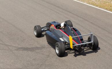 Formel Rennwagen auf der Strecke