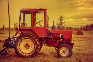 Трактор в поле, стог сена.