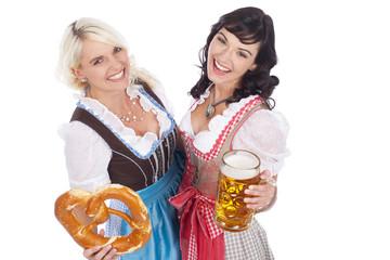 Zwei Frauen im Dirndl mit Bretzel und Bier