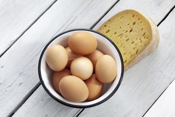 Eier im Metallschälchen,  grauer,Tisch, Holztisch, Studio