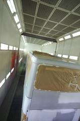 autocar en cabine de peinture