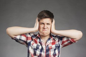 Teenager Porträt, Ohren zuhalten
