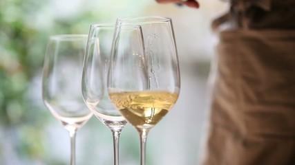グラスにワインを注ぐ2