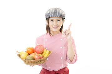 果物を持つウェイトレス