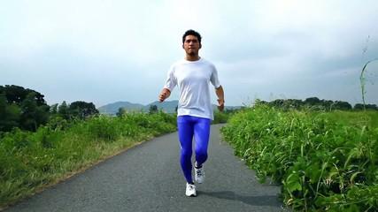 田舎道をジョギングする男