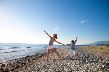 Мама и сын отдыхают на берегу моря летним днем