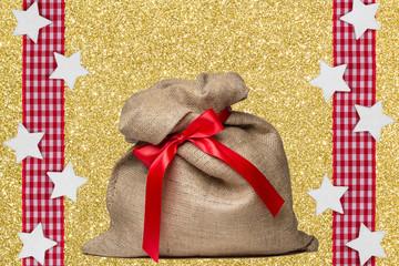 Weihnachtsack mit Dekoration auf Gold
