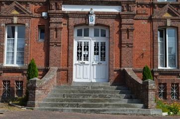 Porte d'entrée d'une maison en brique