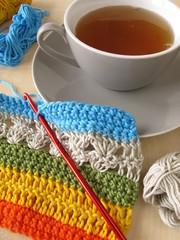 Eine Häkelarbeit und eine Tasse Tee