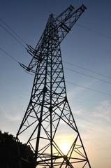 Strommast in der untergehenden Sonne