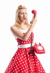Pin up Girl schreit in ein Telefon