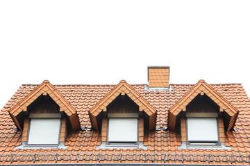 Drei Gauben nebeneinander in einem roten Dach