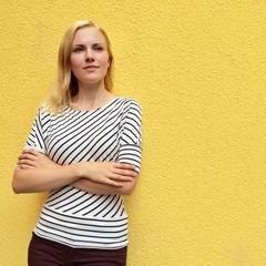 Junge Frau lehnt an Wand