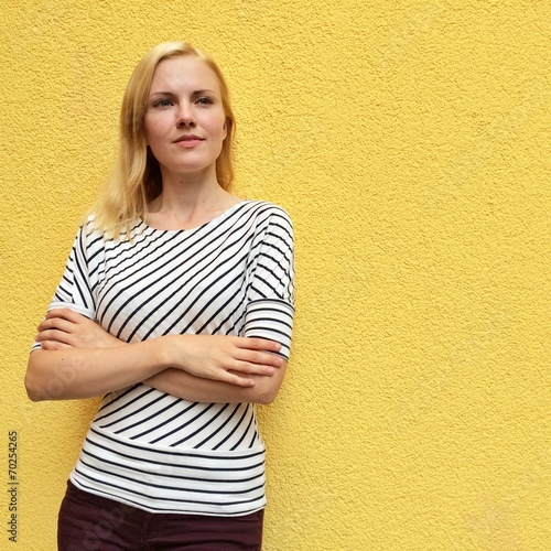 canvas print picture Junge Frau lehnt an Wand