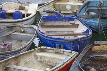 Ruderboote im Hafen von Mevagissey, Cornwall, Großbritannien