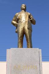 Statue de Lénine sur fond de ciel bleu