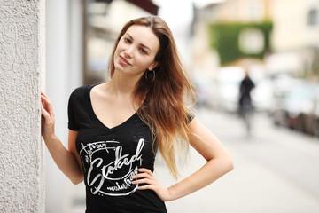 junge hübsche Frau auf der Straße