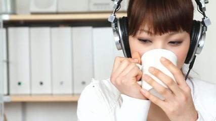 お茶を飲みながら音楽を聴く女の子1