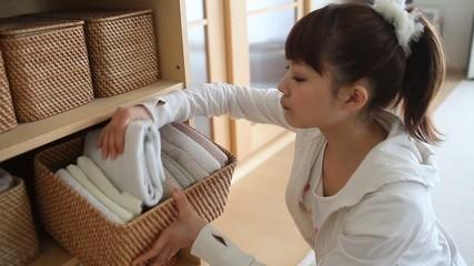 タオルを選ぶ女の子1