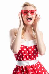 Frau mit Sonnenbrille im Rockabilly Kleid