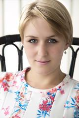 Kurzhaarige blonde Frau