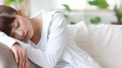 ソファーで眠る女の子1