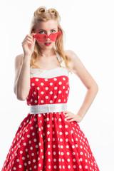 Frau mit Sonnenbrille im Rockebilly Kleid