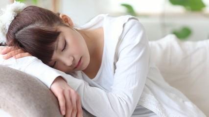 ソファーで眠る女の子3