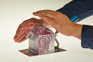Hände schützen Haus aus Euro Scheinen